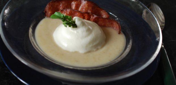 Crème de céleri et son espuma au Brillat-Savarin et à la saucisse de Morteau, languettes grillées